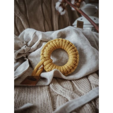 Hi Little One, gryzak sznurkowy Teether wood and cotton mustard