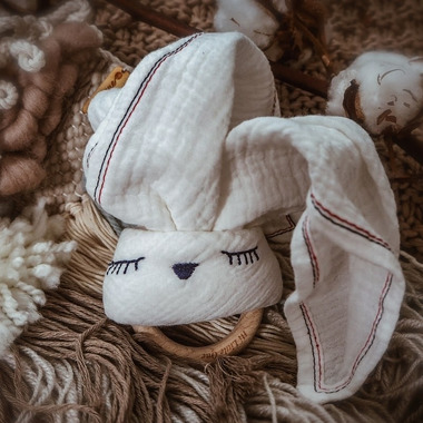 Hi Little One, Przytulanka muślinowa z gryzakiem Sleepy Bunny cozy muslin with wood teether White