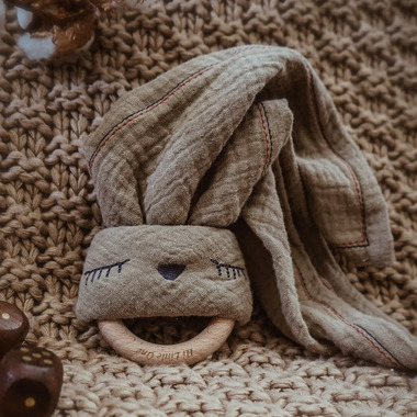 Hi Little One, Przytulanka muślinowa z gryzakiem Sleepy Bunny cozy muslin with wood teether Dark Oak Light
