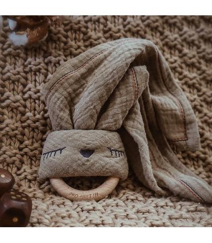 Hi Little One, Przytulanka muślinowa z gryzakiem Sleepy Bunny cozy muslin with wood teether Dark Oak Light