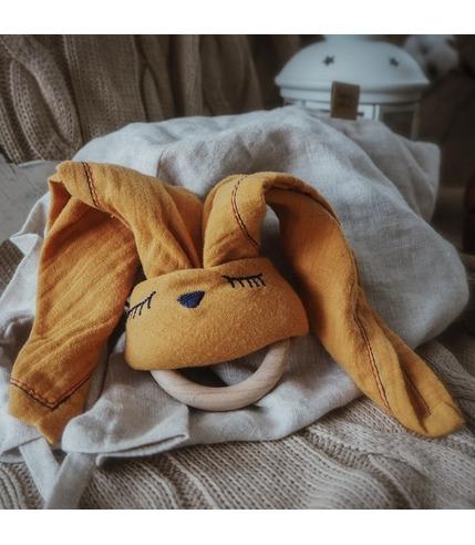 Hi Little One, Przytulanka muślinowa z gryzakiem Sleepy Bunny cozy muslin with wood teether Apricot Dark