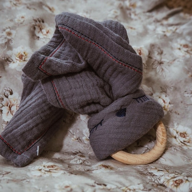 Hi Little One, Przytulanka muślinowa z gryzakiem Sleepy Bunny cozy muslin with wood teether Grey