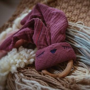 Hi Little One, Przytulanka muślinowa z gryzakiem Sleepy Bunny cozy muslin with wood teether Lavender