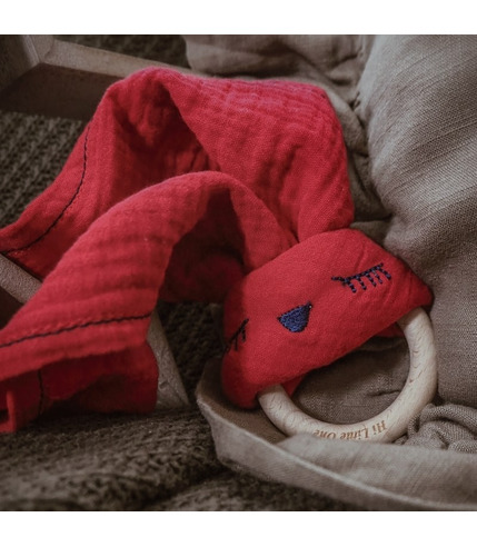 Hi Little One, Przytulanka muślinowa z gryzakiem Sleepy Bunny cozy muslin with wood teether Strawberry