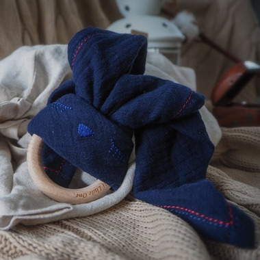 Hi Little One, Przytulanka muślinowa z gryzakiem Sleepy Bunny cozy muslin with wood teether Navy