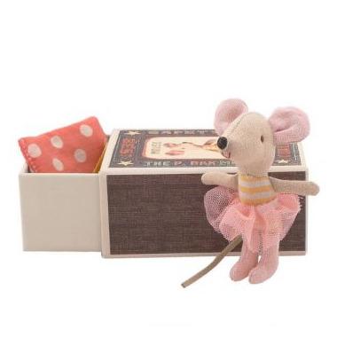 Maileg, myszka młodsza siostra w pudełku po zapałkach