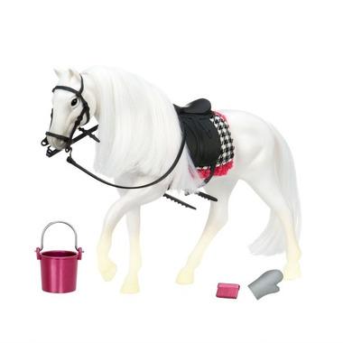 Lori, Biały koń rasy Camarillo z akcesoriami do pielęgnacji
